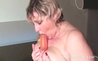 blondie copulates her aged cookie with dildo