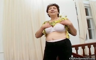 thick mature housewife likes to finger part1