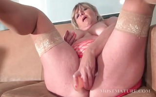 mommy dildoes her twat with lust